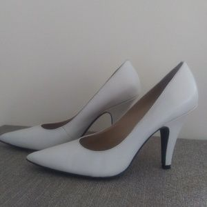 Woman Shoe. Cream Leather Upper